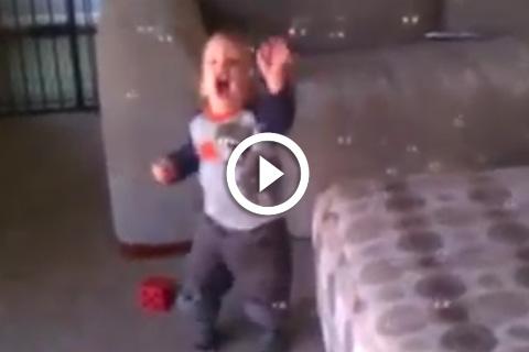 Ce bébé découvre les bulles de savon trop mignon