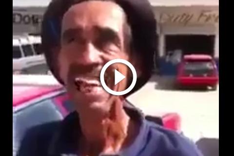 Un sans dents fait le clown marrant
