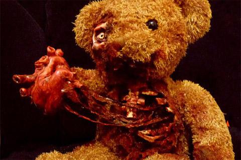 peluche-ours-arrache-son-propre-coeur