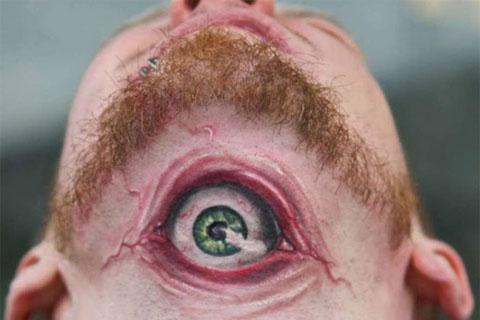 tatouage oeil sous le menton
