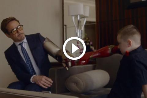 Robert Downey Jr. offre un bras ron Man à un enfant handicapé