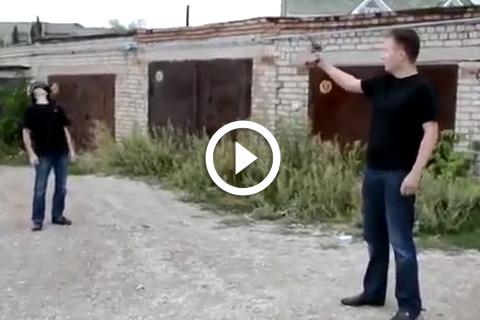entraînement à balles réelles sur son fils