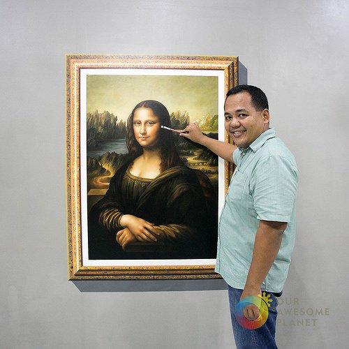 il apporte sa touche finale à l'oeuvre de Léonard de Vinci La joconde