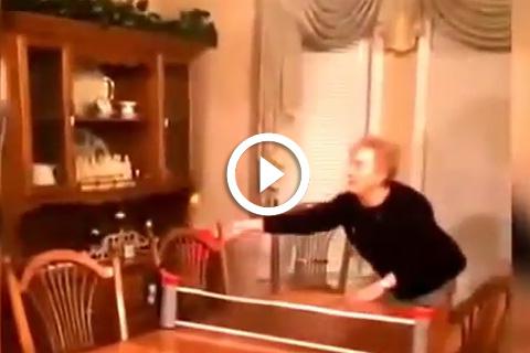 Quand mamie joue au ping-pong dans le salon c'est drôle