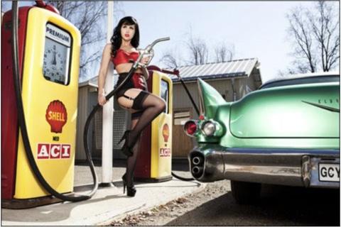 station essence femme sexy qui fait le plein