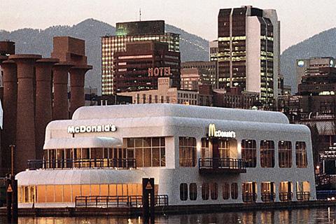Le McBarge un restaurant McDonald's flottant au canada