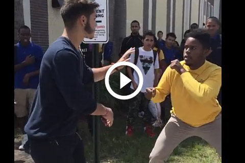 énorme bagarre devant un lycée américain