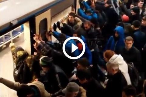 la jambe d'une femme âgée coincée entre le wagon et le quai dans le métro russe