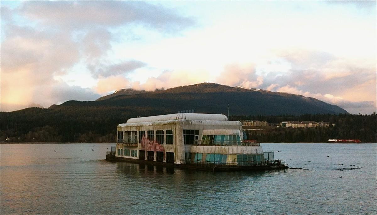 un restaurant Mc Donald's flottant au canada